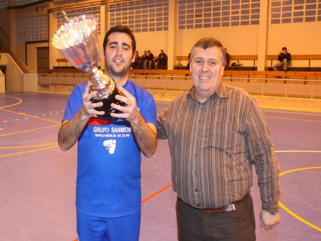 Ángel recoge el Trofeo de Campeón