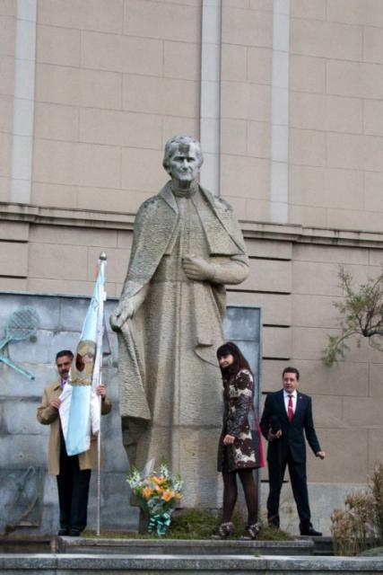Ofrenda floral ante el monumento a Don Bosco