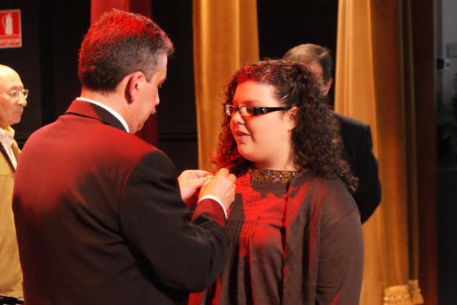El vicepresidente hace entrega de la insignia a su hija.