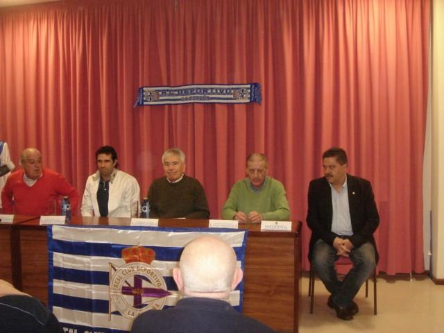 Los protagonistas con varios miembros de la mesa presidencial