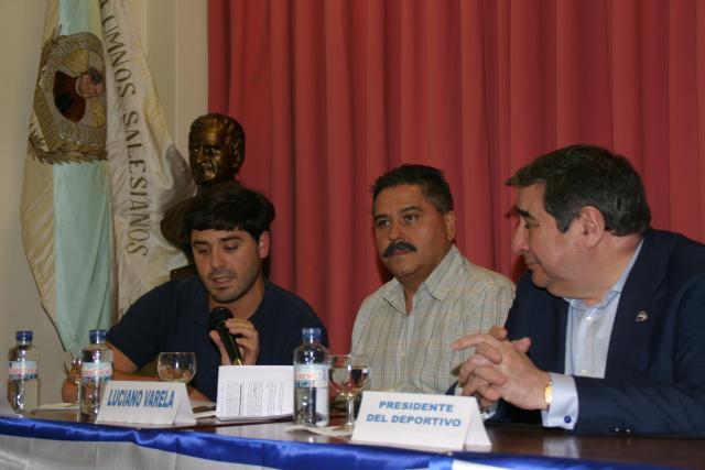 De derecha a izquierda: El Presidente del Deportivo, de la AA.AA y el Vicepresidente de la Peña.