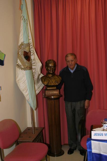 Pepe Guillín junto al busto de Don Bosco