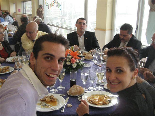 Laura y Diego disfrutando de una magnífica comida