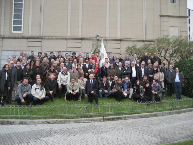 Foto de grupo ante el monumento a Don Bosco