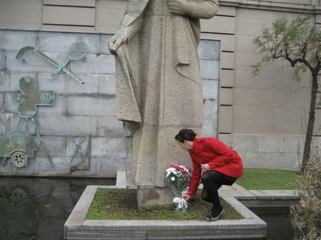 Laura posando el ramo ante el monumento