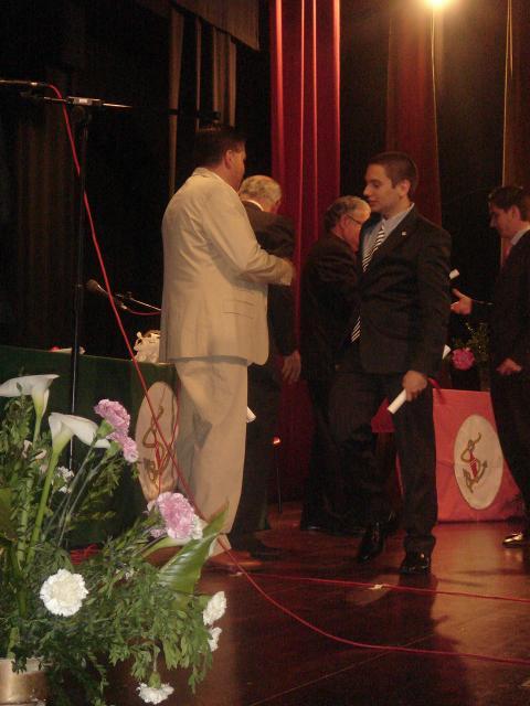 Luciano entregando uno de los diplomas