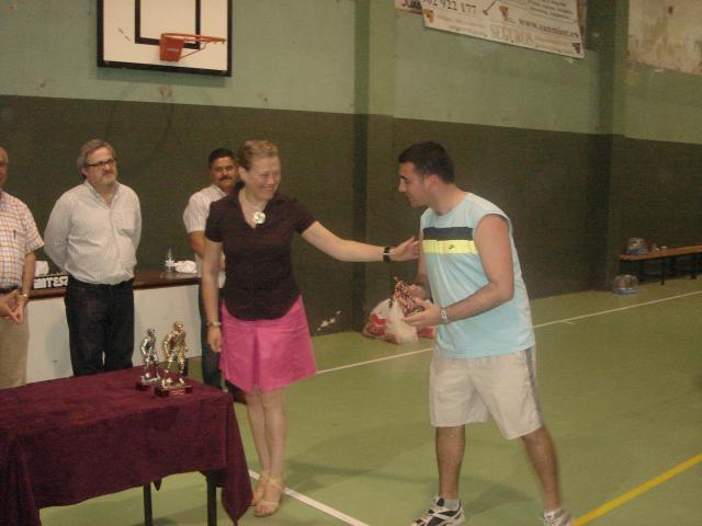 Ángel Gudiña recibe un trofeo de manos de la Concejala