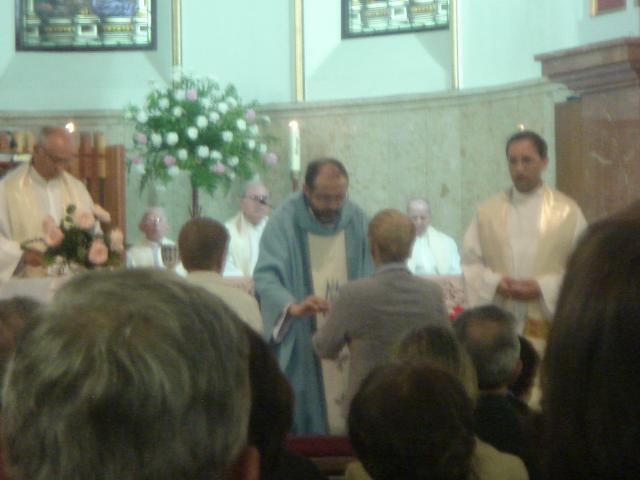 José Antonio recibiendo las ofrendas