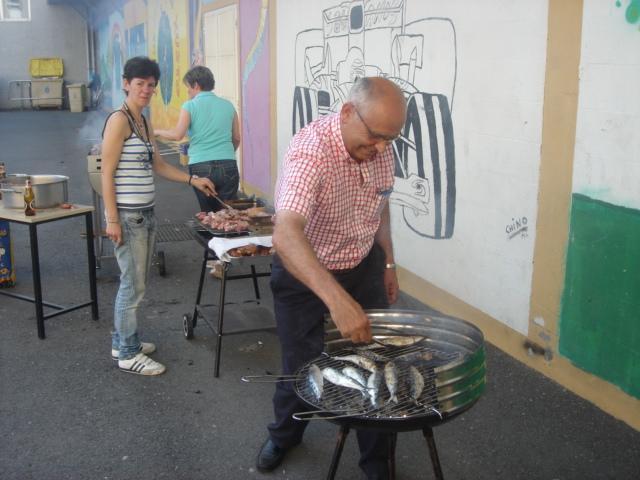 Joaquín, el director, se encargó de asar unas magníficas sardinas